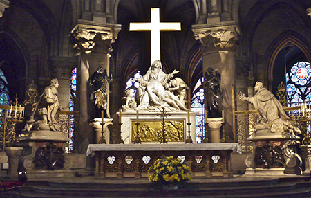 The marble Pietà in the sanctuary of Notre-Dame was erected by King Louis XIV in honor of his father, Louis XIII. Statues of both kings kneeling in devotion are on either side. Photo: flickr.com/Marie Thérèse Hébert