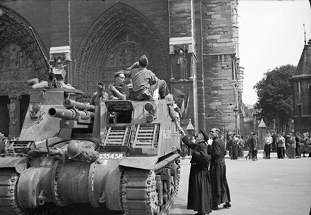 Soldiers outside Notre-Dame following the liberation of Paris in August 1944. Photo: wikimedia.org/Malindine E G (Capt), No 5 Army Film & Photographic Unit
