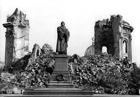 Frauenkirch in Dresden, Germany, after the war. A monument to Martin Luther stands in front of the church. Photo: wikimedia.org
