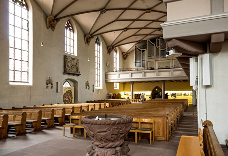 Pews, galleries, and the organ are located in the arms of the L-shape, while the liturgical furnishings are placed at the vertex. Photo credit: wikimedia.org/joergens.mi